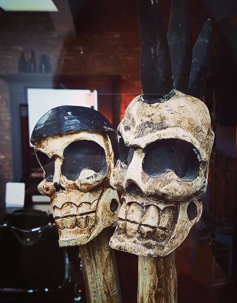 VIN61D A Pair Of Skulls On Poles -